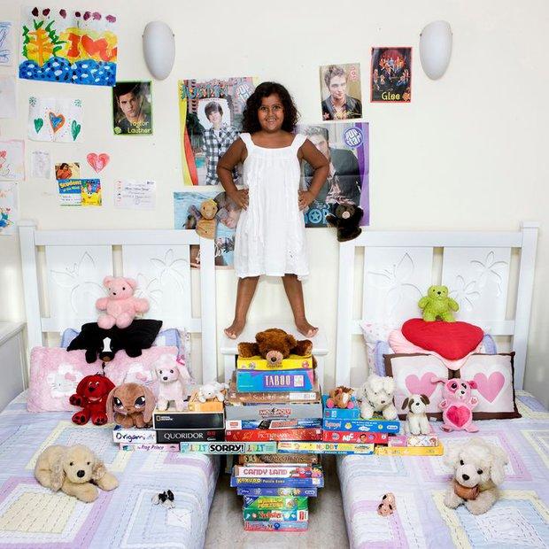 Nhiếp ảnh gia chu du khắp thế giới, chụp trẻ em đứng cùng món đồ chơi quý giá nhất chúng có, tạo bộ ảnh cực thú vị và đáng suy ngẫm - Ảnh 18.