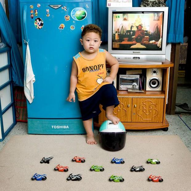 Nhiếp ảnh gia chu du khắp thế giới, chụp trẻ em đứng cùng món đồ chơi quý giá nhất chúng có, tạo bộ ảnh cực thú vị và đáng suy ngẫm - Ảnh 19.