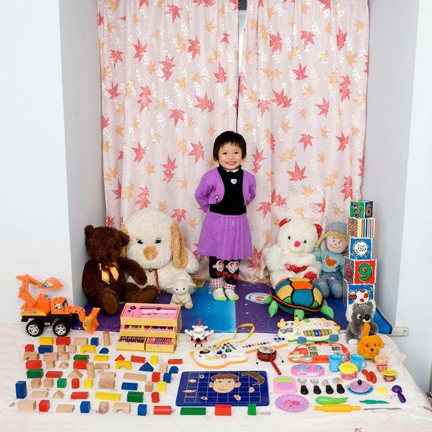 Nhiếp ảnh gia chu du khắp thế giới, chụp trẻ em đứng cùng món đồ chơi quý giá nhất chúng có, tạo bộ ảnh cực thú vị và đáng suy ngẫm - Ảnh 2.