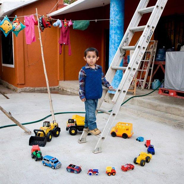 Nhiếp ảnh gia chu du khắp thế giới, chụp trẻ em đứng cùng món đồ chơi quý giá nhất chúng có, tạo bộ ảnh cực thú vị và đáng suy ngẫm - Ảnh 20.