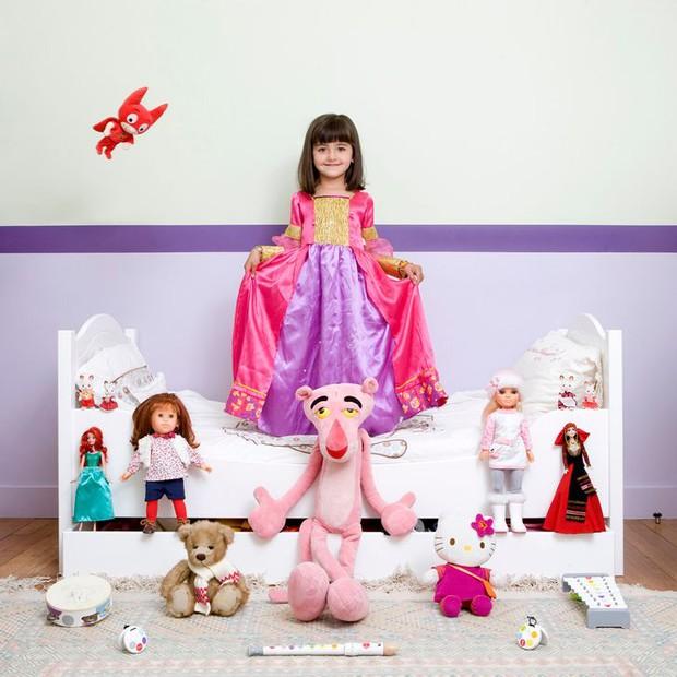 Nhiếp ảnh gia chu du khắp thế giới, chụp trẻ em đứng cùng món đồ chơi quý giá nhất chúng có, tạo bộ ảnh cực thú vị và đáng suy ngẫm - Ảnh 21.