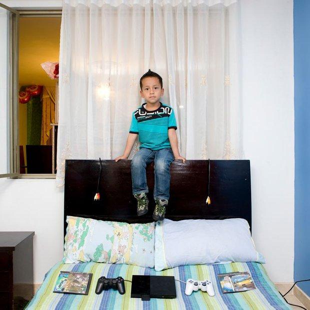 Nhiếp ảnh gia chu du khắp thế giới, chụp trẻ em đứng cùng món đồ chơi quý giá nhất chúng có, tạo bộ ảnh cực thú vị và đáng suy ngẫm - Ảnh 22.