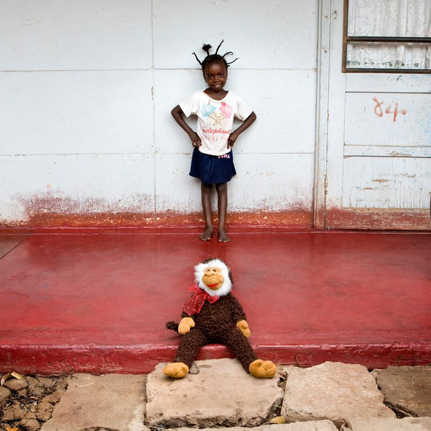 Nhiếp ảnh gia chu du khắp thế giới, chụp trẻ em đứng cùng món đồ chơi quý giá nhất chúng có, tạo bộ ảnh cực thú vị và đáng suy ngẫm - Ảnh 23.