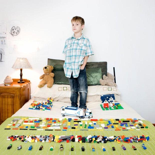 Nhiếp ảnh gia chu du khắp thế giới, chụp trẻ em đứng cùng món đồ chơi quý giá nhất chúng có, tạo bộ ảnh cực thú vị và đáng suy ngẫm - Ảnh 24.