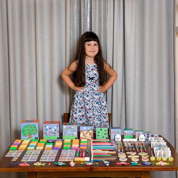 Nhiếp ảnh gia chu du khắp thế giới, chụp trẻ em đứng cùng món đồ chơi quý giá nhất chúng có, tạo bộ ảnh cực thú vị và đáng suy ngẫm - Ảnh 25.