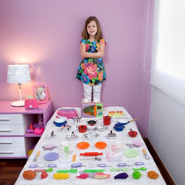 Nhiếp ảnh gia chu du khắp thế giới, chụp trẻ em đứng cùng món đồ chơi quý giá nhất chúng có, tạo bộ ảnh cực thú vị và đáng suy ngẫm - Ảnh 26.