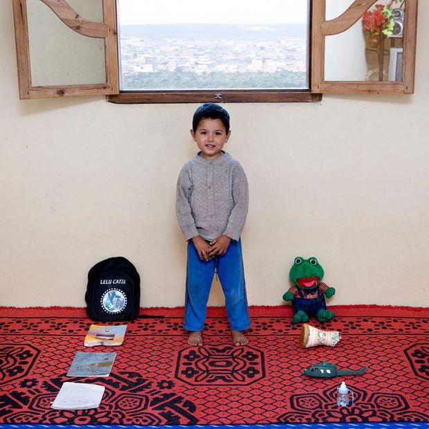 Nhiếp ảnh gia chu du khắp thế giới, chụp trẻ em đứng cùng món đồ chơi quý giá nhất chúng có, tạo bộ ảnh cực thú vị và đáng suy ngẫm - Ảnh 27.