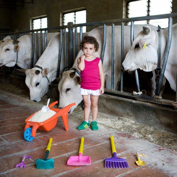 Nhiếp ảnh gia chu du khắp thế giới, chụp trẻ em đứng cùng món đồ chơi quý giá nhất chúng có, tạo bộ ảnh cực thú vị và đáng suy ngẫm - Ảnh 28.