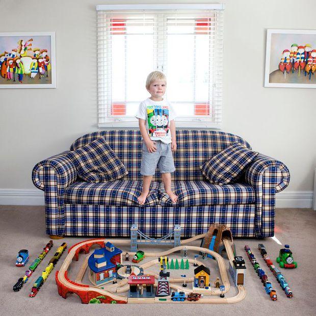 Nhiếp ảnh gia chu du khắp thế giới, chụp trẻ em đứng cùng món đồ chơi quý giá nhất chúng có, tạo bộ ảnh cực thú vị và đáng suy ngẫm - Ảnh 3.