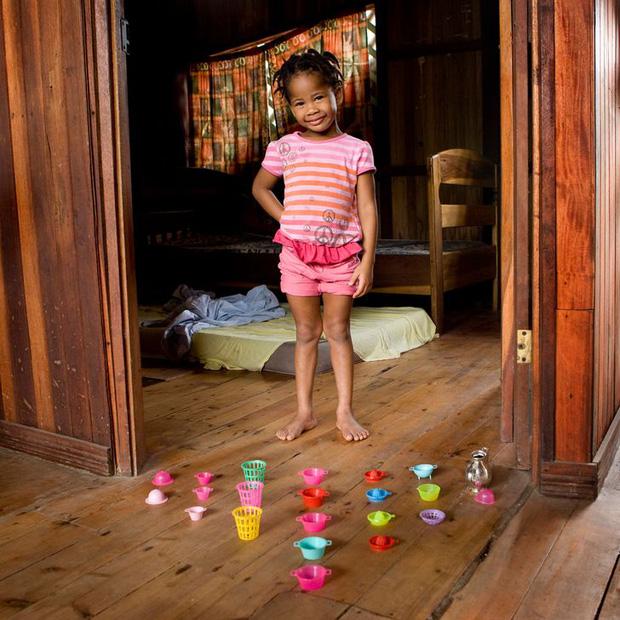 Nhiếp ảnh gia chu du khắp thế giới, chụp trẻ em đứng cùng món đồ chơi quý giá nhất chúng có, tạo bộ ảnh cực thú vị và đáng suy ngẫm - Ảnh 30.