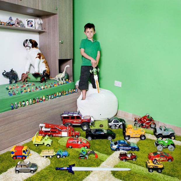 Nhiếp ảnh gia chu du khắp thế giới, chụp trẻ em đứng cùng món đồ chơi quý giá nhất chúng có, tạo bộ ảnh cực thú vị và đáng suy ngẫm - Ảnh 32.