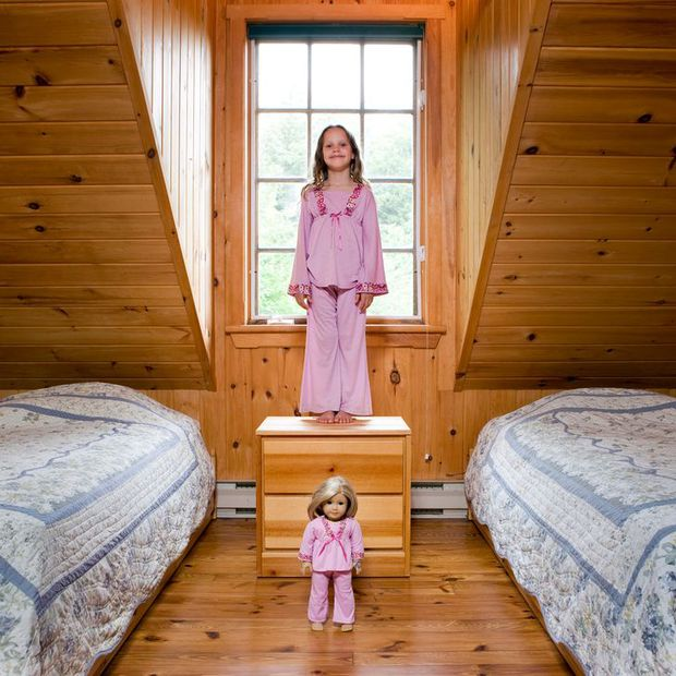 Nhiếp ảnh gia chu du khắp thế giới, chụp trẻ em đứng cùng món đồ chơi quý giá nhất chúng có, tạo bộ ảnh cực thú vị và đáng suy ngẫm - Ảnh 33.