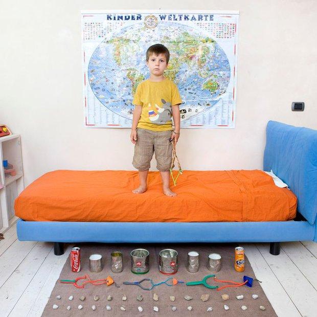 Nhiếp ảnh gia chu du khắp thế giới, chụp trẻ em đứng cùng món đồ chơi quý giá nhất chúng có, tạo bộ ảnh cực thú vị và đáng suy ngẫm - Ảnh 34.
