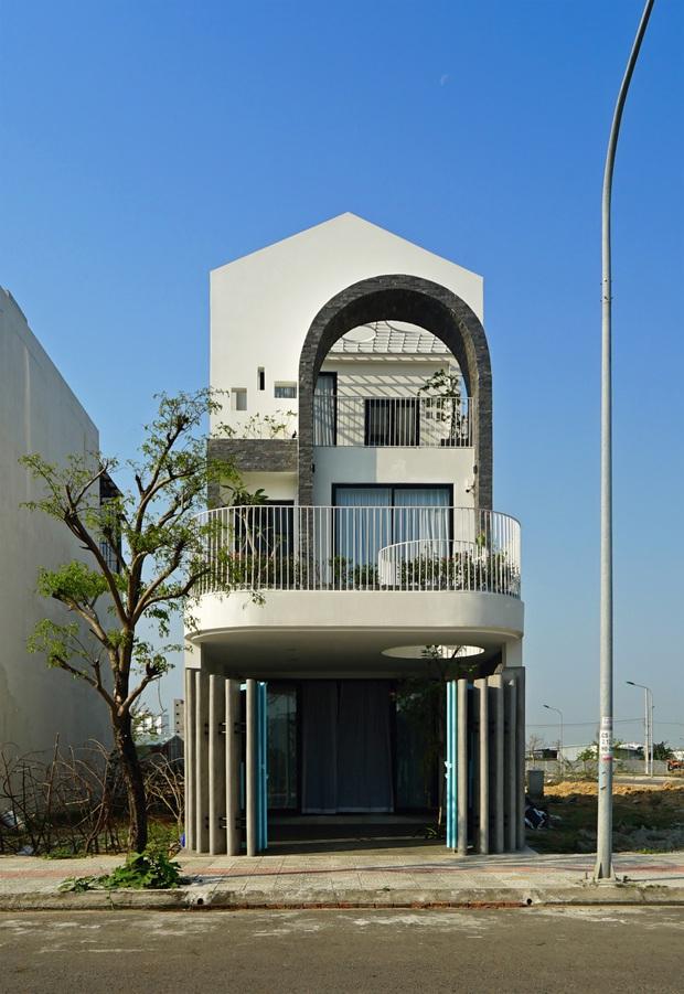 Sở hữu lô đất có vị thế đẹp, vợ chồng Đà Nẵng xây ngôi nhà nhỏ nhưng xuất sắc đến mức lên cả báo Mỹ - Ảnh 1.