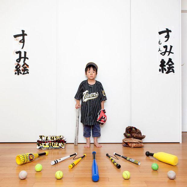 Nhiếp ảnh gia chu du khắp thế giới, chụp trẻ em đứng cùng món đồ chơi quý giá nhất chúng có, tạo bộ ảnh cực thú vị và đáng suy ngẫm - Ảnh 35.
