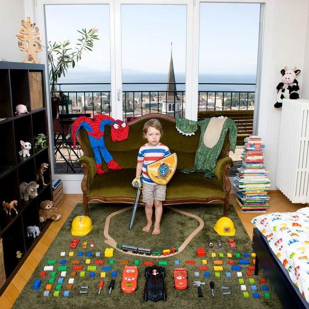 Nhiếp ảnh gia chu du khắp thế giới, chụp trẻ em đứng cùng món đồ chơi quý giá nhất chúng có, tạo bộ ảnh cực thú vị và đáng suy ngẫm - Ảnh 4.