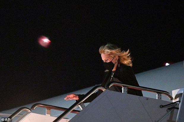 Phu nhân ông Biden đóng giả làm tiếp viên hàng không trong ngày Cá tháng Tư - Ảnh 1.