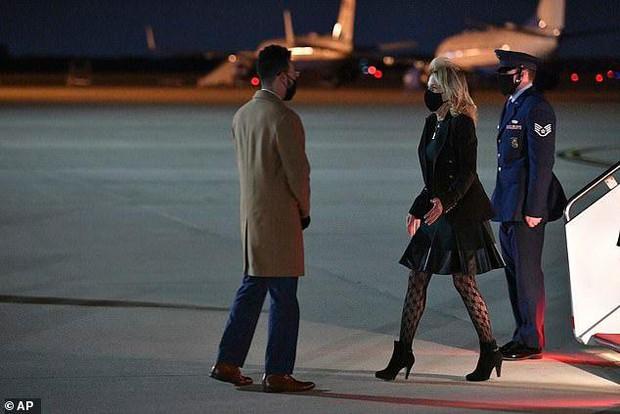 Phu nhân ông Biden đóng giả làm tiếp viên hàng không trong ngày Cá tháng Tư - Ảnh 2.