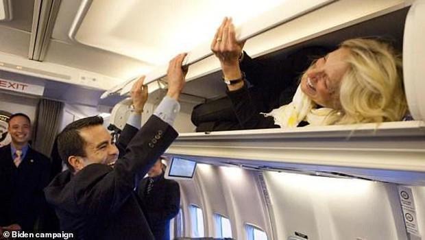 Phu nhân ông Biden đóng giả làm tiếp viên hàng không trong ngày Cá tháng Tư - Ảnh 3.