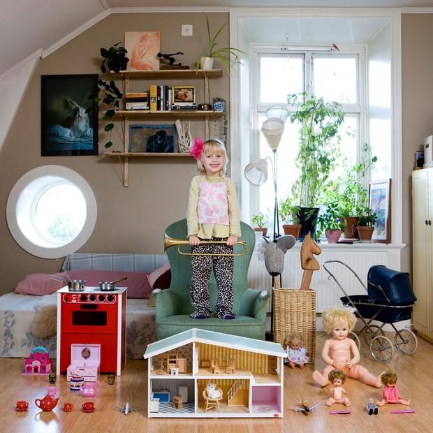 Nhiếp ảnh gia chu du khắp thế giới, chụp trẻ em đứng cùng món đồ chơi quý giá nhất chúng có, tạo bộ ảnh cực thú vị và đáng suy ngẫm - Ảnh 6.