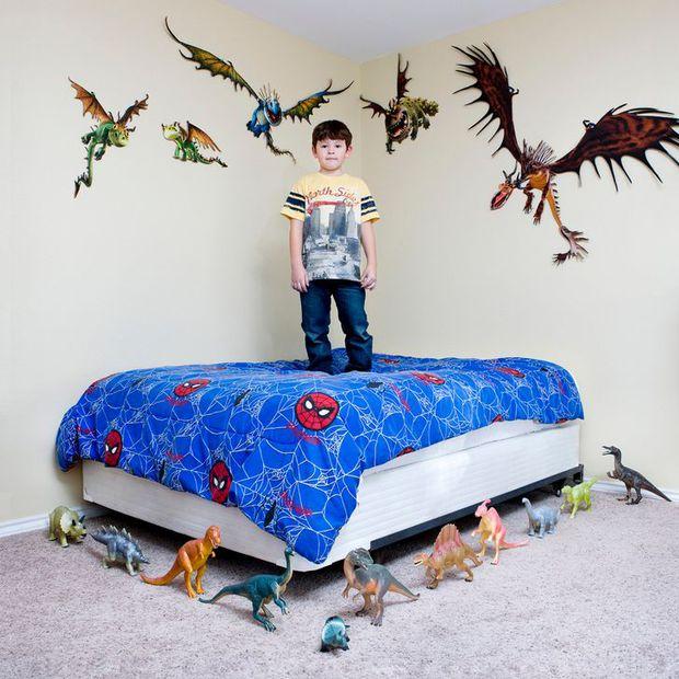 Nhiếp ảnh gia chu du khắp thế giới, chụp trẻ em đứng cùng món đồ chơi quý giá nhất chúng có, tạo bộ ảnh cực thú vị và đáng suy ngẫm - Ảnh 8.