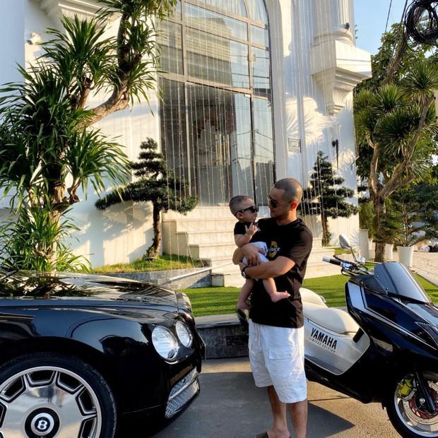 Bên trong biệt thự 2 mặt tiền của anh trai Bảo Thy: Tiện nghi như khách sạn, rộng đến mức đạp xe được trong nhà - Ảnh 1.
