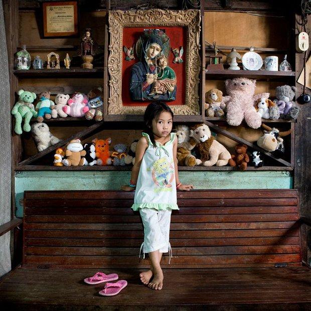 Nhiếp ảnh gia chu du khắp thế giới, chụp trẻ em đứng cùng món đồ chơi quý giá nhất chúng có, tạo bộ ảnh cực thú vị và đáng suy ngẫm - Ảnh 9.