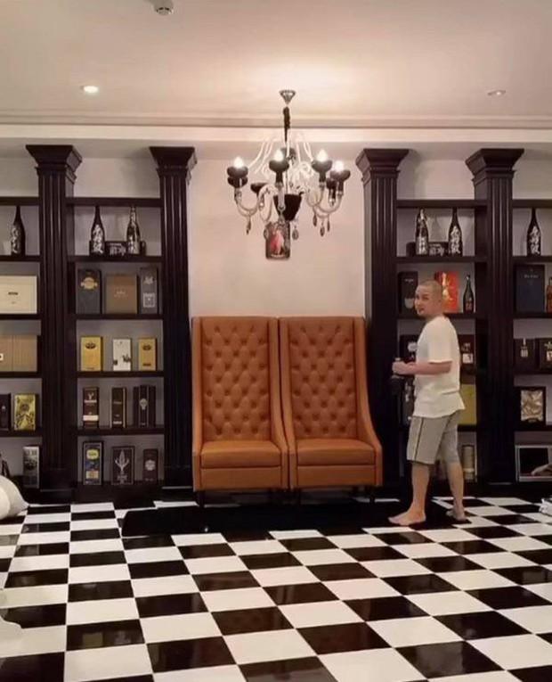 Bên trong biệt thự 2 mặt tiền của anh trai Bảo Thy: Tiện nghi như khách sạn, rộng đến mức đạp xe được trong nhà - Ảnh 4.