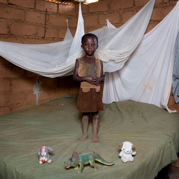 Nhiếp ảnh gia chu du khắp thế giới, chụp trẻ em đứng cùng món đồ chơi quý giá nhất chúng có, tạo bộ ảnh cực thú vị và đáng suy ngẫm - Ảnh 36.
