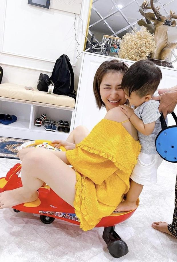 Đưa con cùng đi công tác, Hoà Minzy bật mí 2 thay đổi 180 độ sau khi lên chức mẹ bỉm ở tuổi 24 - Ảnh 5.