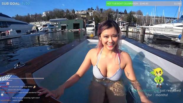 Livestream ngay hồ bơi, nữ streamer này bất ngờ phải dừng phát sóng vì lý do dở khóc dở cười - Ảnh 2.