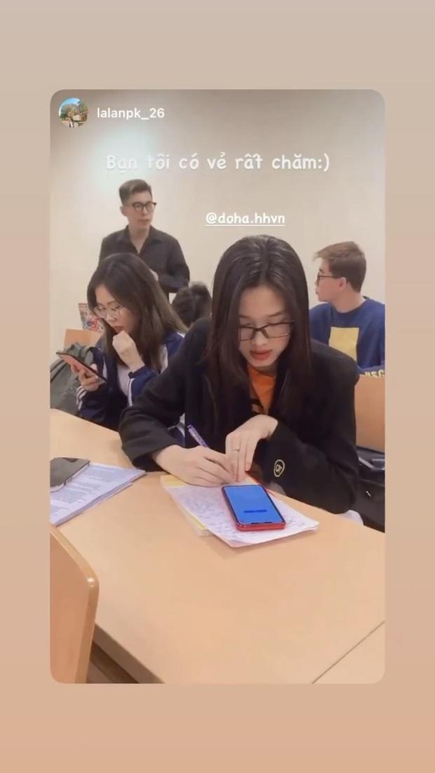 Xả vai Hoa hậu, Đỗ Hà trở về làm cô sinh viên 2k1 đi thuyết trình trước lớp, thần thái khỏi bàn nhưng bị bạn học bóc phốt sở thích bình dân này - Ảnh 2.