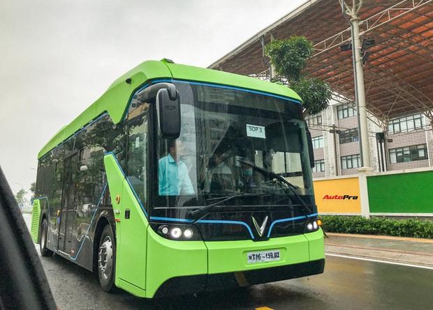 VinBus đầu tiên lăn bánh tại Hà Nội: Êm, không khí thải, bãi đỗ có pin mặt trời, có khu rửa xe riêng xịn xò - Ảnh 1.