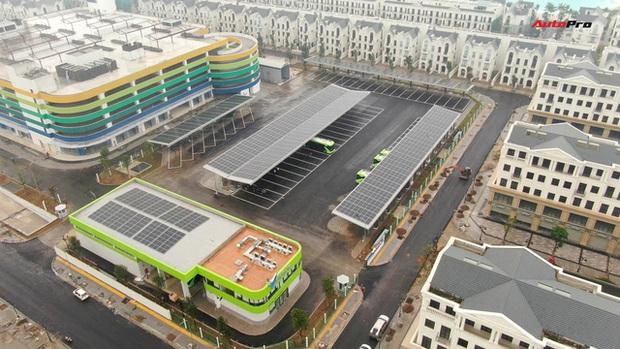 VinBus đầu tiên lăn bánh tại Hà Nội: Êm, không khí thải, bãi đỗ có pin mặt trời, có khu rửa xe riêng xịn xò - Ảnh 2.
