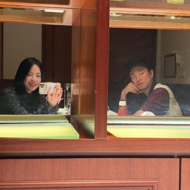 Style thời trang lên hương của bà xã Kang Gary khiến fan khăng khăng đây là idol còn Mực ca chỉ là quản lý! - Ảnh 2.