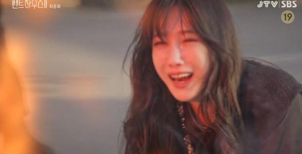 Netizen uất nghẹn sau tập cuối Penthouse 2, biên kịch có thù với Lee Ji Ah hả? - Ảnh 3.