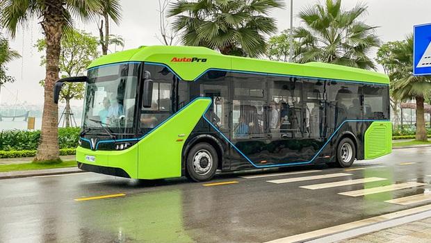 VinBus đầu tiên lăn bánh tại Hà Nội: Êm, không khí thải, bãi đỗ có pin mặt trời, có khu rửa xe riêng xịn xò - Ảnh 3.
