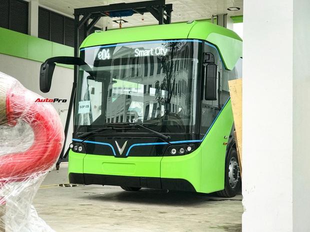 VinBus đầu tiên lăn bánh tại Hà Nội: Êm, không khí thải, bãi đỗ có pin mặt trời, có khu rửa xe riêng xịn xò - Ảnh 4.