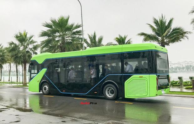 VinBus đầu tiên lăn bánh tại Hà Nội: Êm, không khí thải, bãi đỗ có pin mặt trời, có khu rửa xe riêng xịn xò - Ảnh 6.