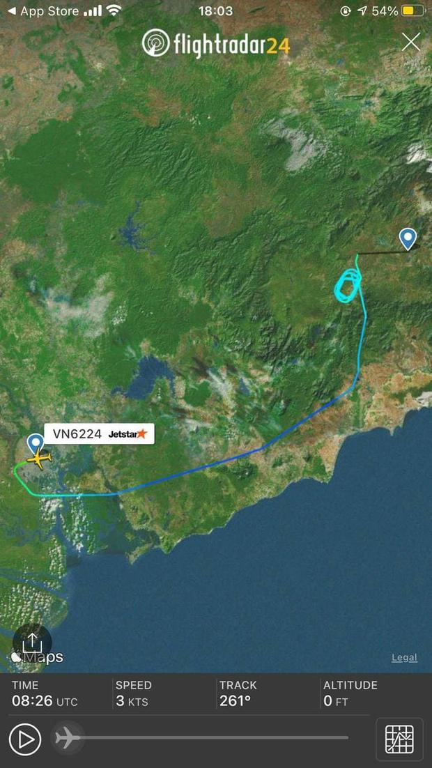 Máy bay từ TP.HCM đi Đà Lạt bay lượn hàng chục vòng trên không rồi quay lại Tân Sơn Nhất do thời tiết xấu - Ảnh 1.