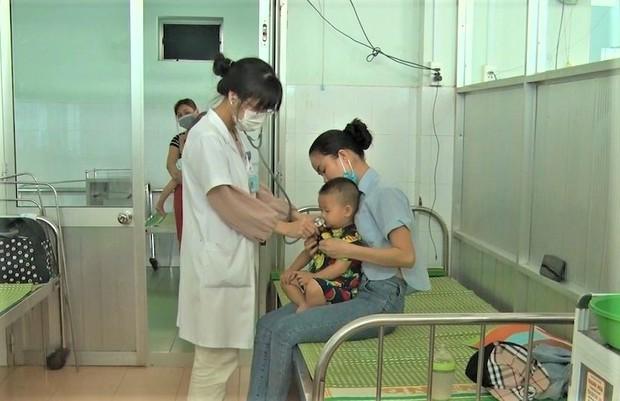 Bệnh tay chân miệng ở trẻ em đang bùng phát mạnh tại Quảng Nam, Quảng Ngãi - Ảnh 1.