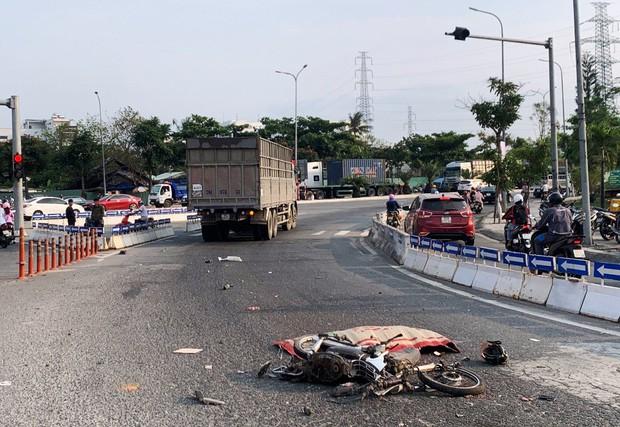 Chạy xe máy vào nhầm làn ô tô, người đàn ông chết thảm - Ảnh 1.