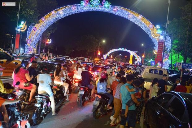 Hàng vạn người dân đi xem pháo hoa ngày Giỗ Tổ Hùng Vương, đường phố ùn tắc nghiêm trọng - Ảnh 1.