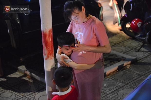 Ảnh: Phụ huynh mệt nhoài, trẻ em ngủ gật trên vòng tay cha mẹ sau khi xem pháo hoa ngày Giỗ Tổ Hùng Vương - Ảnh 6.