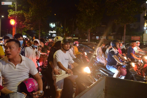 Hàng vạn người dân đi xem pháo hoa ngày Giỗ Tổ Hùng Vương, đường phố ùn tắc nghiêm trọng - Ảnh 10.