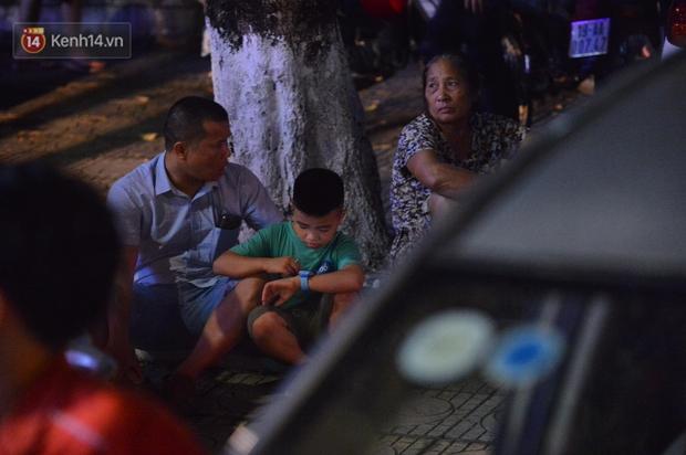 Ảnh: Phụ huynh mệt nhoài, trẻ em ngủ gật trên vòng tay cha mẹ sau khi xem pháo hoa ngày Giỗ Tổ Hùng Vương - Ảnh 5.