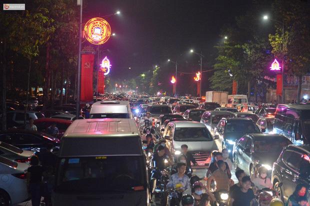 Hàng vạn người dân đi xem pháo hoa ngày Giỗ Tổ Hùng Vương, đường phố ùn tắc nghiêm trọng - Ảnh 2.