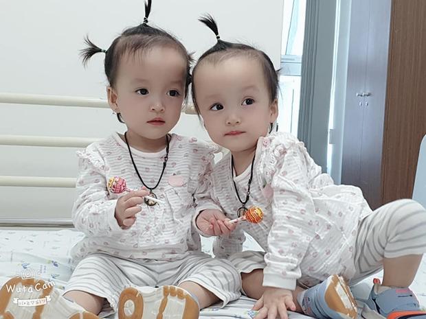 Khoảnh khắc 2 chị em ríu rít cực đáng yêu sau khi bé Diệu Nhi được phẫu thuật hoàn chỉnh đường tiêu hóa - Ảnh 1.