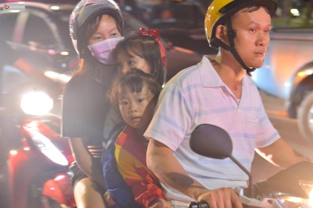 Hàng vạn người dân đi xem pháo hoa ngày Giỗ Tổ Hùng Vương, đường phố ùn tắc nghiêm trọng - Ảnh 4.