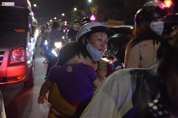 Hàng vạn người dân đi xem pháo hoa ngày Giỗ Tổ Hùng Vương, đường phố ùn tắc nghiêm trọng - Ảnh 7.